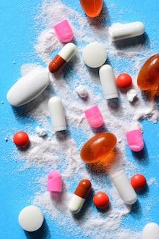 Cápsulas pílulas quebradas com sua medicação em pó