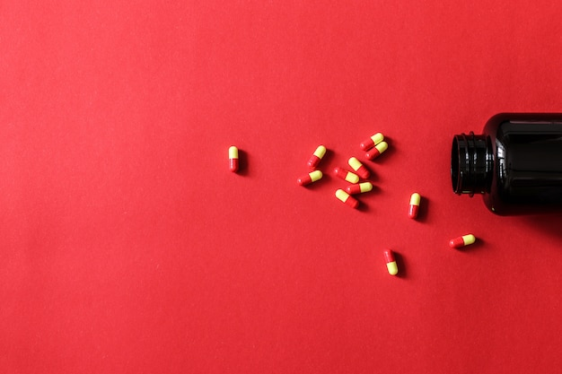 Cápsulas que derramam fora da garrafa com espaço da cópia para seu texto.