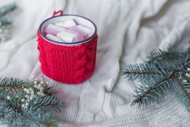 Capuccino de café sobre fundo de madeira com decorações de natal