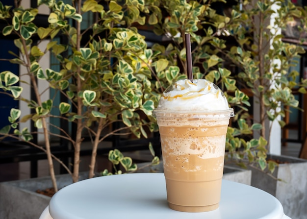Capuccino misturado em copo de plástico. servido com chantilly. bebida refrescante. bebida de cafeína favorita.
