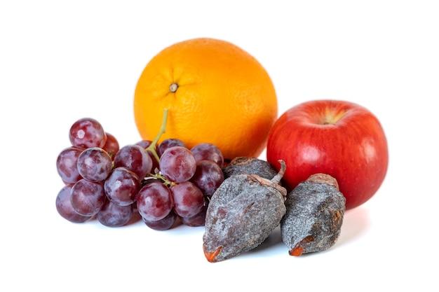 Caqui de uva, maçã, laranja e seco, isolado no fundo branco. fruta.