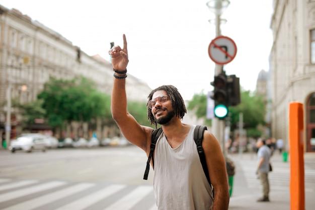 Cara afro em uma cidade urbana