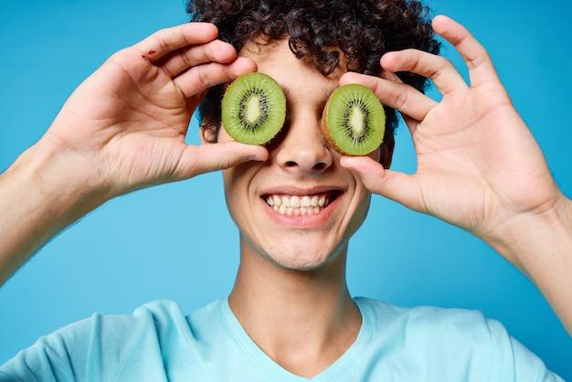 Cara alegre com cabelo encaracolado kiwi perto do rosto, close-up
