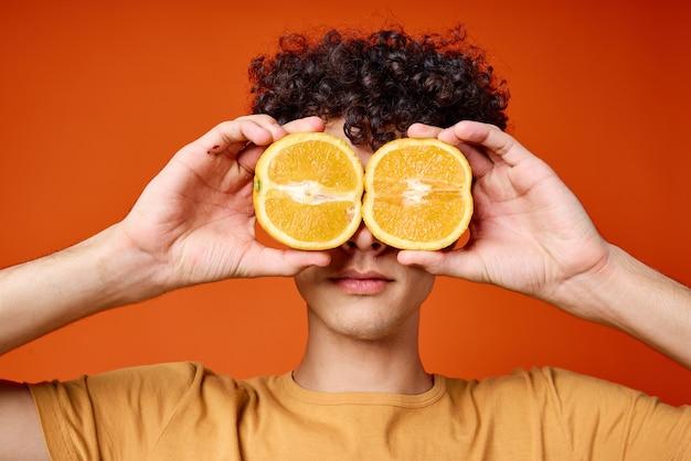 Cara alegre com cabelo encaracolado laranja perto dos olhos, close-up