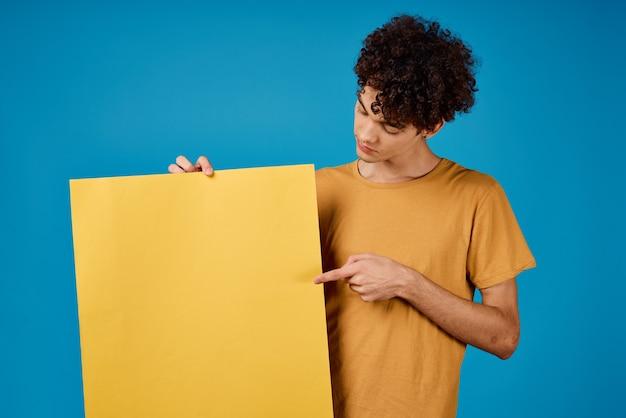 Cara alegre com pôster amarelo de cabelo encaracolado