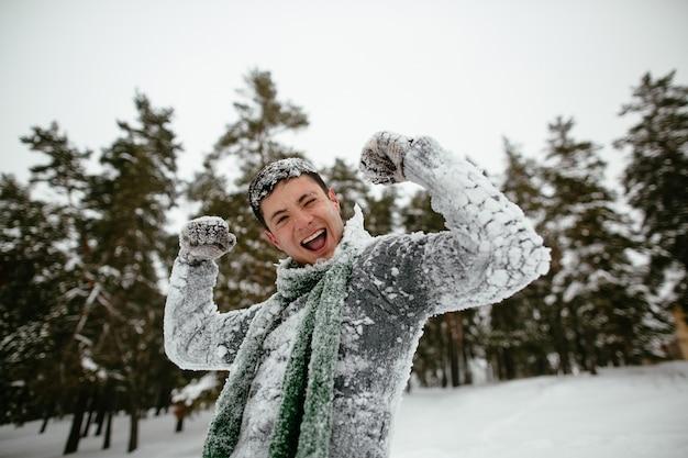 Cara alegre é coberta de neve. tempo de inverno alegre.