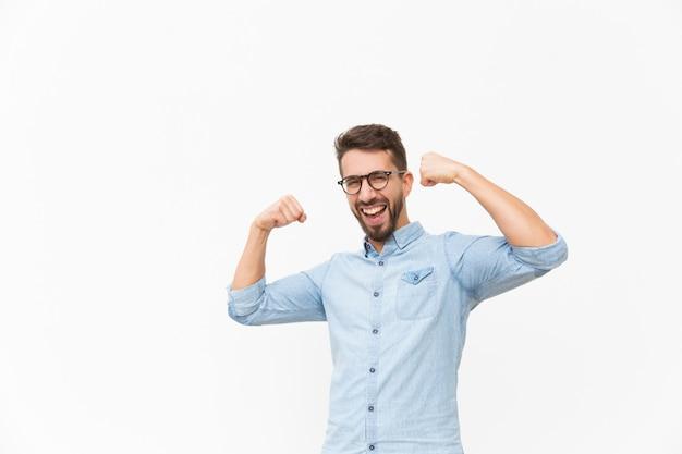 Cara alegre feliz, fazendo o gesto do vencedor de mão