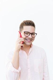 Cara alegre positiva com celular posando e sorrindo