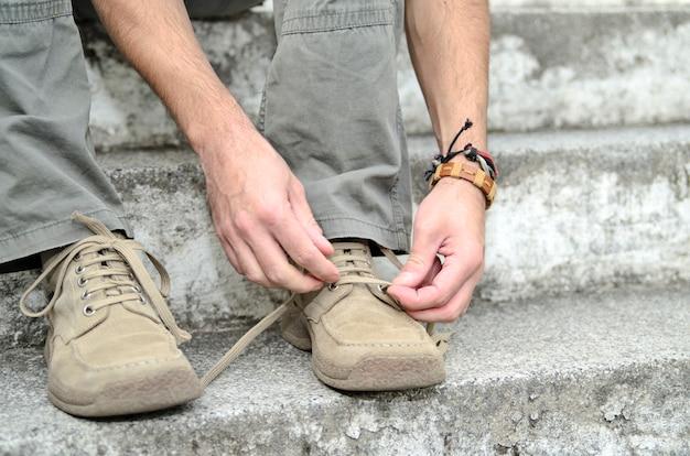 Cara amarrar o laço de sapato. caminhada de cidade de calçado confortável