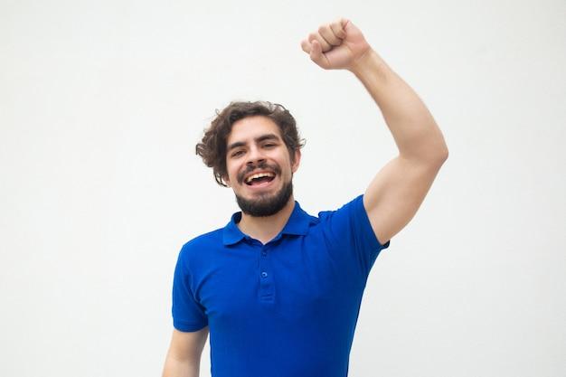 Cara animado feliz, fazendo o gesto do vencedor