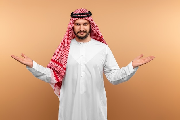 Cara árabe expressiva posando
