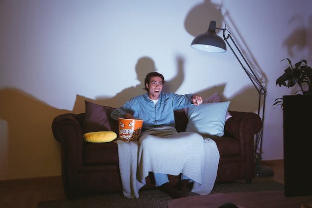 Cara assistindo um filme