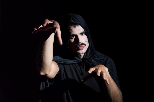 Cara assustador com maquiagem de halloween
