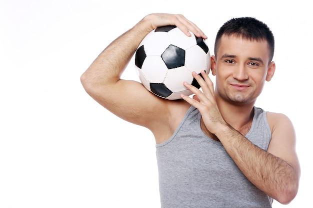 Cara atraente, segurando uma bola de futebol