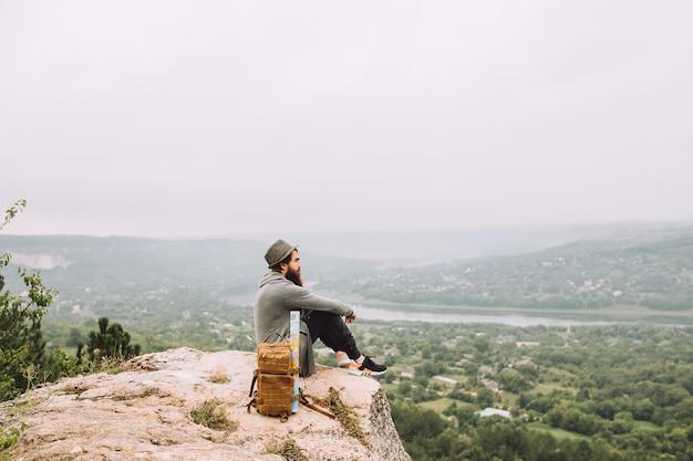 Cara barbudo admirando a bela paisagem.