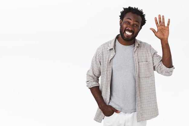 Cara barbudo afro-americano amigável e extrovertido