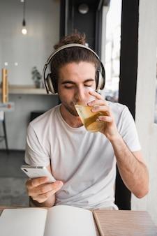 Cara bebendo
