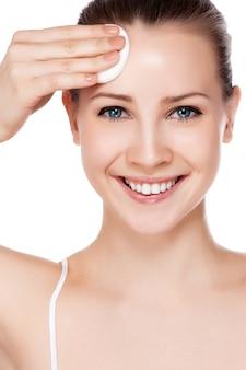Cara bonita da mulher adulta nova com a pele fresca limpa - isolada no branco.