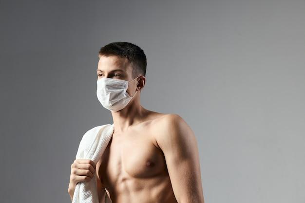 Cara bonito com máscara médica ombros nus treino toalhas ginásio