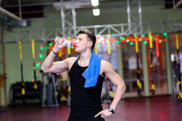 Cara bonito é água potável no ginásio