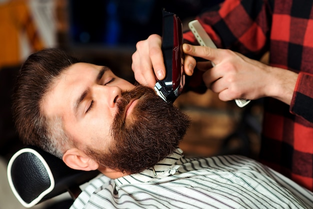 Cara brutal, sentado na cadeira de barbeiro.