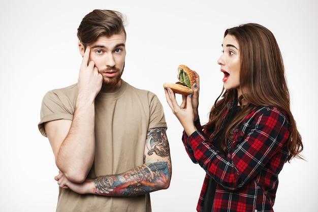 Cara, cara chato de mulher, brincando com hambúrguer.