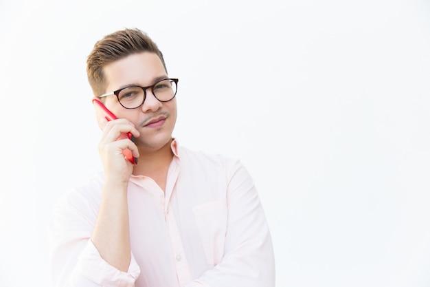Cara cético em óculos falando no celular