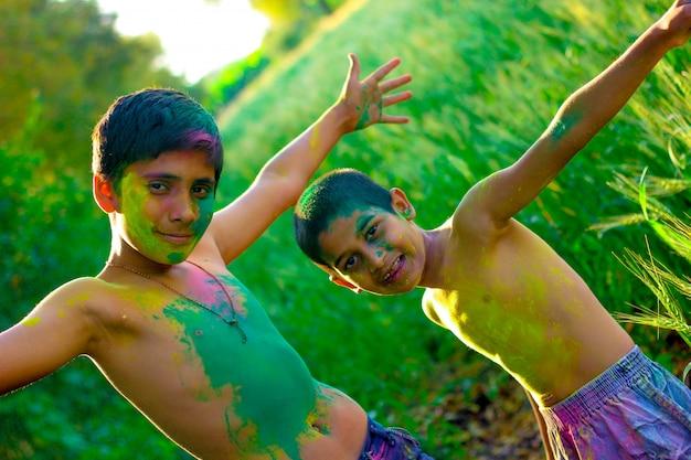 Cara colorida da criança indiana no festival de holi