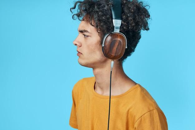 Cara com fones de ouvido ouvindo estúdio de estilo de vida de tecnologia de música