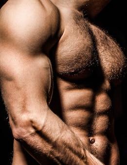 Cara com lindo torso. homem sexy, atlético, caucasiano. ab, pacote de seis. homem musculoso, homem nu, homem torso. homem do esporte, musculação, fitness. corpo musculoso torso nu