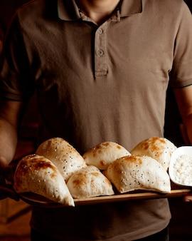 Cara com padaria nas mãos