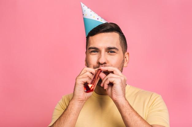 Cara comemorando aniversário. solitária na festa. comemorando sozinho.