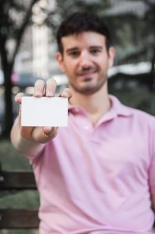 Cara confiante, mostrando o cartão de visita