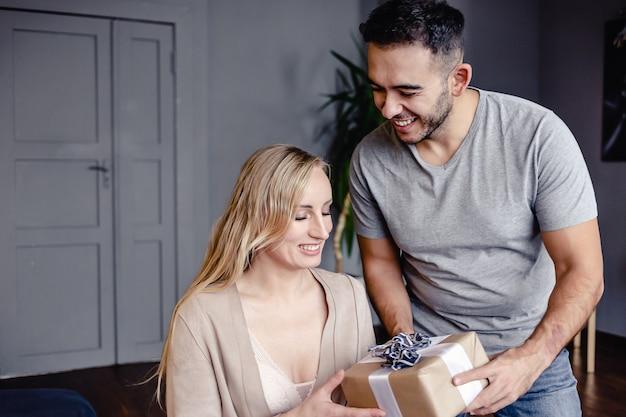 Cara dando um presente para sua namorada em uma linda caixa.