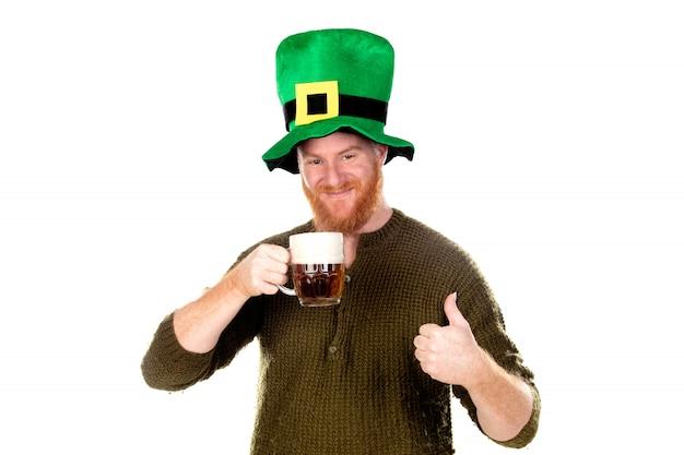 Cara de cabelo vermelho com chapéu verde, bebendo uma cerveja