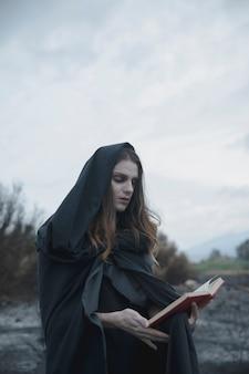 Cara de cabelos longos, olhando para um livro