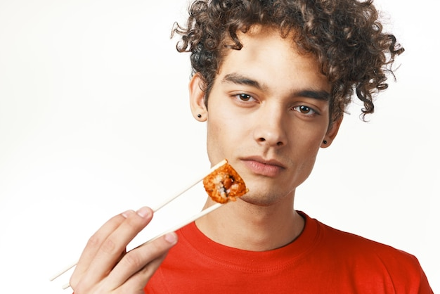 Cara de camiseta vermelha fast food dieta comida lanche luz de fundo