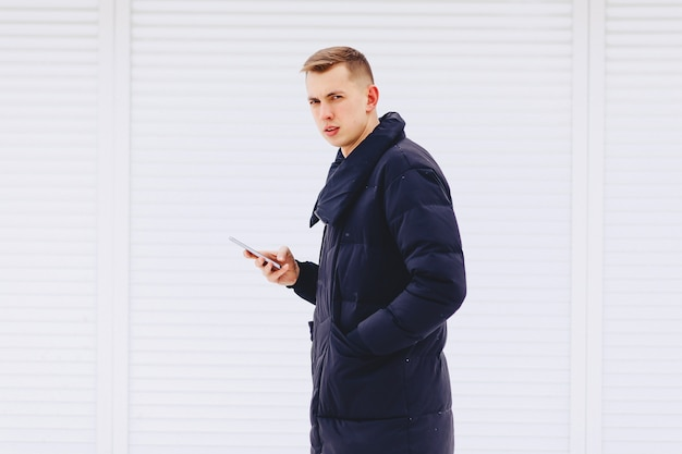 Cara de casaco de inverno escreve sms