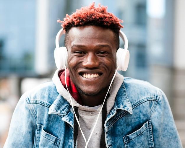 Cara de close-up com fones de ouvido e sorriso largo