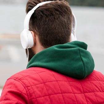 Cara de close-up com fones de ouvido vista traseira