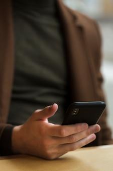Cara de close-up, segurando seu smartphone