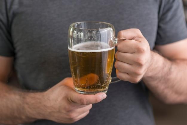 Cara de colheita com cerveja gelada