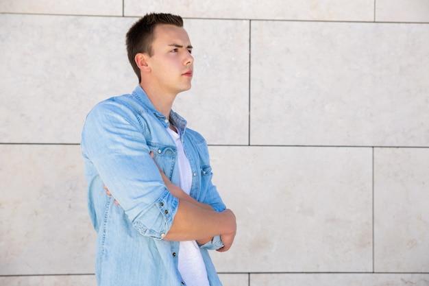 Cara de estudante focado pensativo com braços cruzados