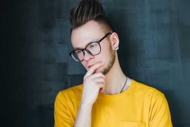 Cara de hipster pensativo com pente sobre corte de cabelo. expressão facial pensativa.