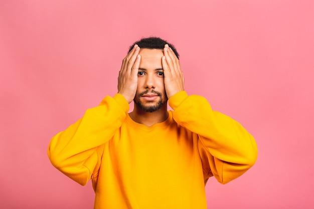 Cara de homem surpreso e espantado em casual isolado em retrato de estúdio rosa