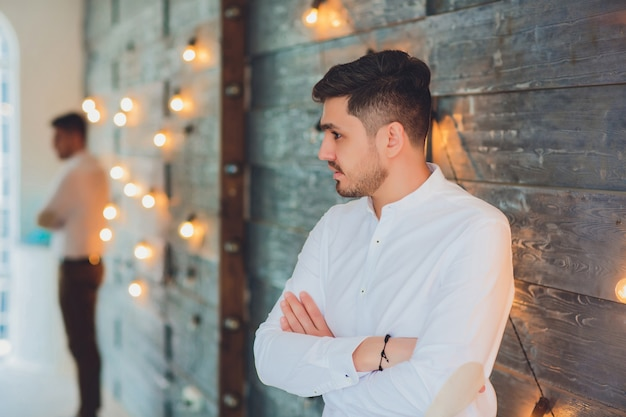 Cara de negócios na frente de lâmpadas