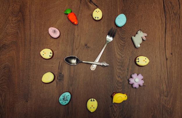 Cara de relógio de biscoito de gengibre caseiro de páscoa
