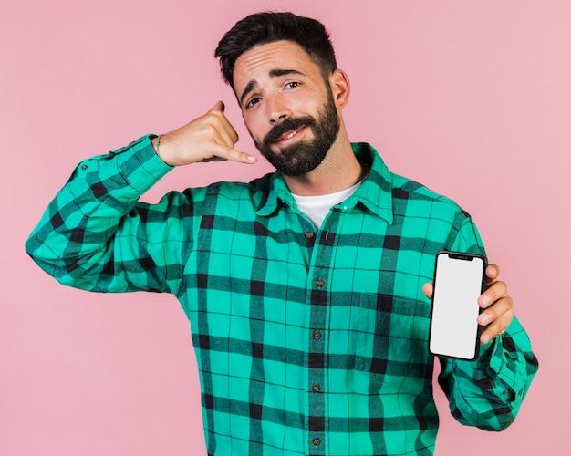 Cara de vista frontal, fazendo o gesto do telefone de mão