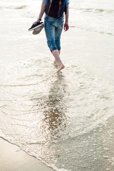Cara descalço areia água caminhada mar do norte homem praia den haag haia scheveningen um