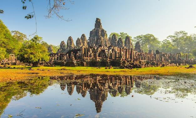 Cara do castelo de bayon em angkor thom, camboja